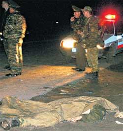 МЕСТО ТРАГЕДИИ: асфальт рядом с трупами был залит кровью