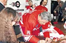 КУМИР И ПОКЛОННИКИ: автограф Якушева мечтает получить даже Авербух (сзади, за спиной юбиляра)