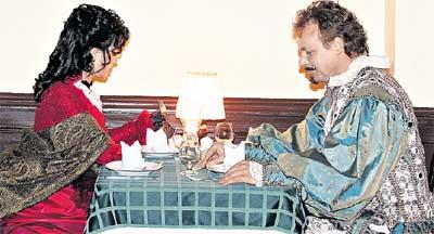 БЫСТРЫЙ ЛАНЧ: актеры приходят на обед в сценических костюмах