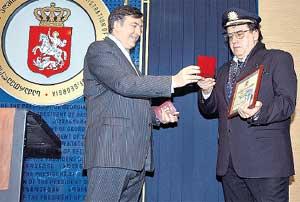 ТОРЖЕСТВЕННЫЙ МОМЕНТ: Саакашвили вручил Садальскому паспорт и орден Чести