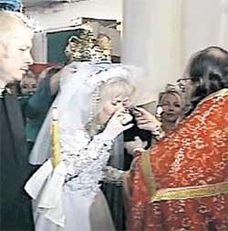ВЕНЧАНИЕ: поздравить молодых в храм Феодора Студита пришел весь столичный бомонд (1999 г.)