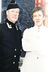НАЧАЛО 90-х: капитан-лейтенант Иван Краско с сыном Андреем, примерившим отцовский мундир