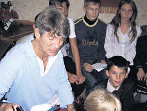 ГОЛЛИВУДСКИЙ АКТЕР: Эрик подарил автограф каждому из 52 воспитанников приюта