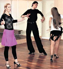 В СЕРИАЛЕ «ДЕРЖИ МЕНЯ КРЕПЧЕ»: играет хозяйку школы танцев