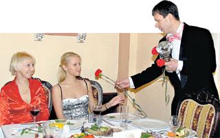 «ДЖЕНТЛЬМЕН ГОДА»: цветы - жене и тёще, ...