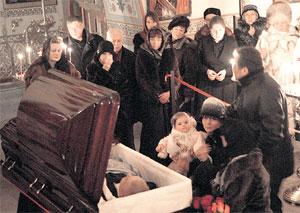 НА ОТПЕВАНИИ: маленькой Женечке дали возможность проститься с папой (фото «КП»)