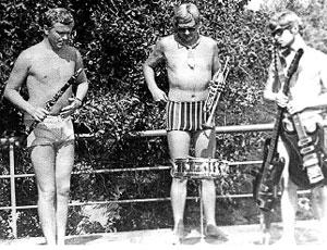 ЛЕТНИЕ ГАСТРОЛИ: Мартынов (слева) прятал в плавках свое богатство