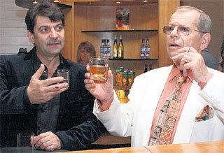 Именинник пьёт за свое здоровье с Владимиром ВИШНЕВСКИМ