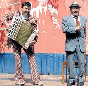 Александр САМОЙЛЕНКО (Аристарх) и Лев ДУРОВ (директор лагеря Марк Ефимович)