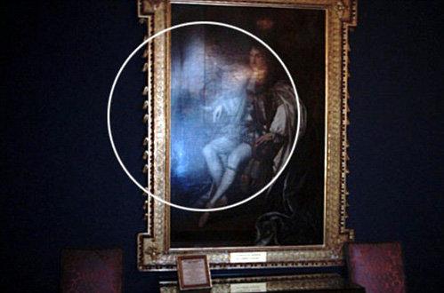 Снимок, сделанный в Эдинбургском Замке в 2003. Призрачная женщина положила руку на плечо короля Чарльза II