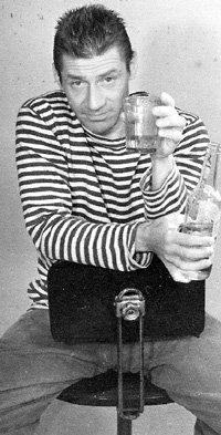 Ещё со студенчества актёр редко расставался с бутылкой «беленькой»