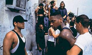 Кадры из фильма 1996 года «Замена», где Том БЕРЕНДЖЕР сыграл учителя , которому пришлось в одиночку противостоять чернокожим школьникам, мечтающим не учиться, а убивать и грабить