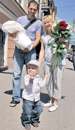 На пороге роддома Елену встречал любимый мужчина Стивен КАЗИНС (лето 2009 г.)