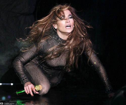 Несмотря на холод и дождь певица зажигала на сцене.
