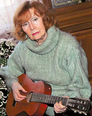 Нина Валентиновна превосходно играет и на гитаре...