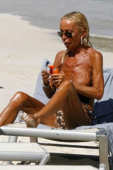 Похоже, реакция остальных отдыхающих на пляже Донателлу нимало не волнует: сама она считает свое тело привлекательным. Фото: celebrity-gossip.net