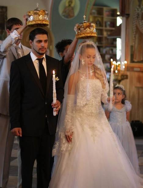 Жених и невеста обвенчались в церкви. Фото: starstory.ru