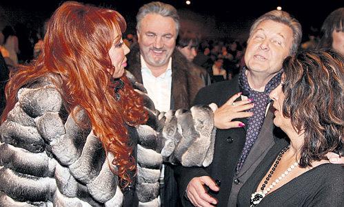 РАСПУТИНУ (слева) восхитило, насколько умело жена ЛЕЩЕНКО Ирина (справа) повязала ему шарфик