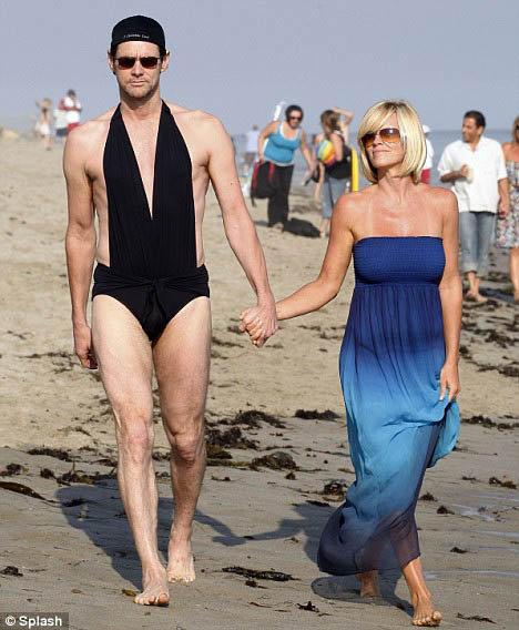 У Джексона будет очень веселый дедушка. Ему ничего не стоит, например, нарядиться в купальник своей подруги и отправиться в нем на пляж - веселить папарацци. Фото Daily Mail