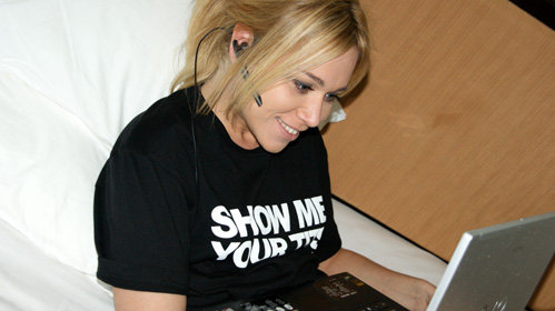 Лизоркина в той самой футболке с надписью «Show me your tits»