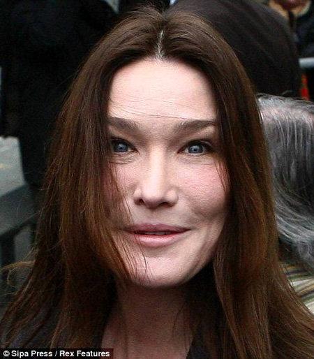 Даже толстый слой макияжа не смог скрыть опухшее от слёз лицо и морщинки под глазами. Фото Daily Mail