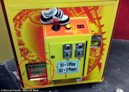 2-летний мальчик влез в автомат через крошечное отверстие