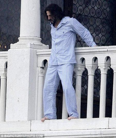 Двойник Деппа крадётся по балкону...