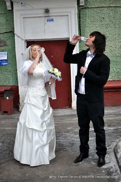 Молодые пьют шампанское у загса