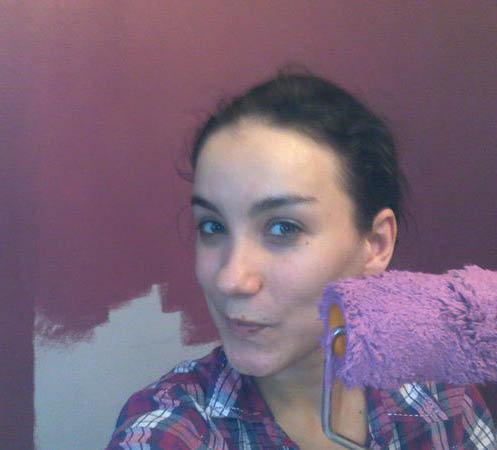 Виктория Дайнеко взялась за валик и собственноручно покрасила стены. Фото из блога певицы.