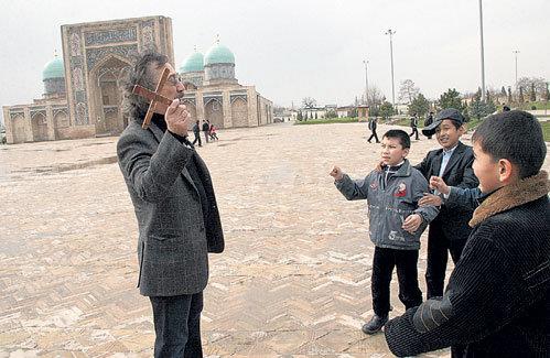 В Ташкенте Фарух Каримович считается одним из лучших мастеров по запуску бумеранга