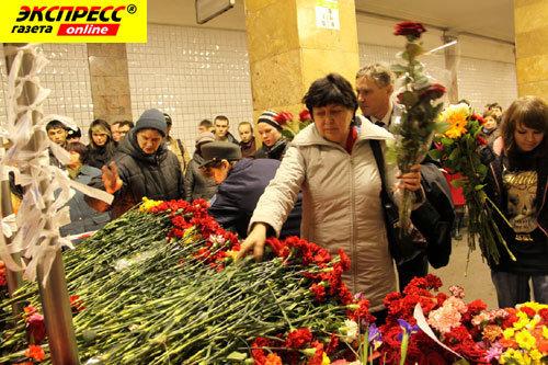 На место взрыва москвичи до сих пор несут цветы и оставляют поминальные записки. Фото: Борис КУДРЯВОВ.