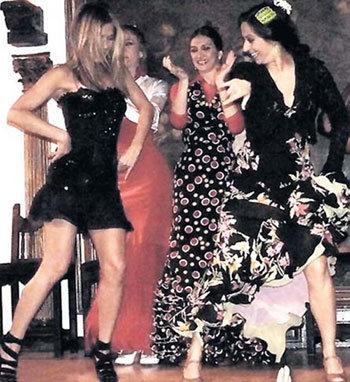 ЭНИСТОН (слева) фламенко танцует не хуже, чем сиртаки