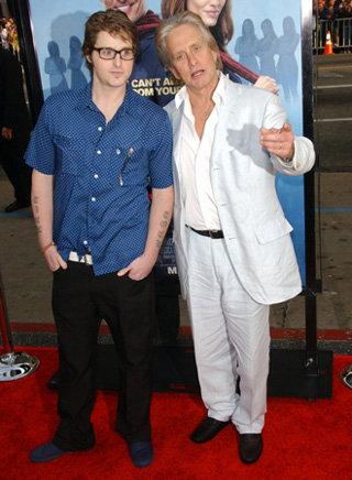 Майкл Дуглас и его сын Кэмерон - фото showbizspy.com