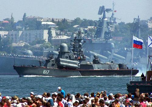 Черноморский флот и героический Севастополь никогда не допустят, чтобы другие корабли в акватории представляли для нашей страны хоть малейшую опасность (фото newzz.in.ua)