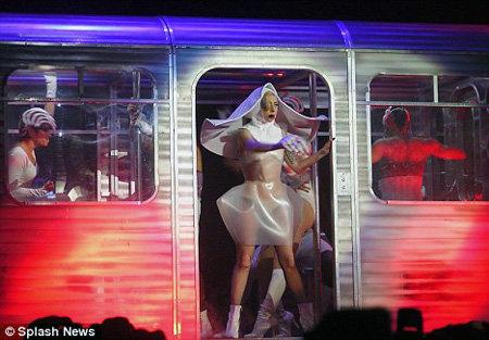 Очередной странный наряд - латексный костюм монахини - фото Daily Mail