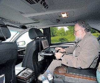 Золотистую «Волгу» чиновник купил шесть лет назад. Сейчас он предпочитает ездить на служебной «BMW», а его «ласточка» томится в Питере