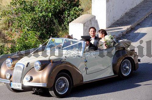 Оставив гостей, молодожёны укатили в свадебное путешествие