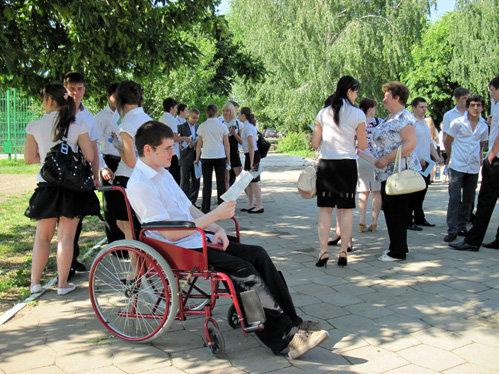 Кирилл с родителями перед экзаменационным пунктом