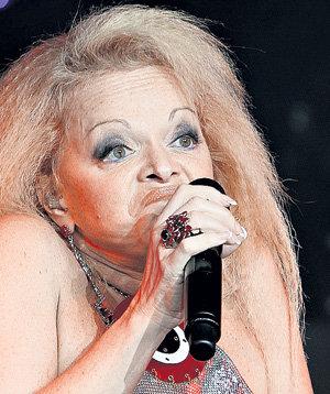 Каждую песню певица проживает как личную драму