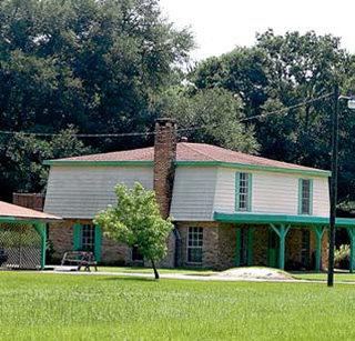 Старый дом в колониальном стиле вполне устраивает голливудских звёзд