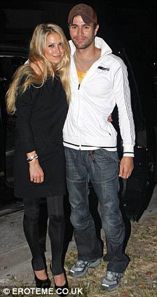 Анна Курникова с бойфрендом Энрике Иглесиасом. Фото: Daily Mail