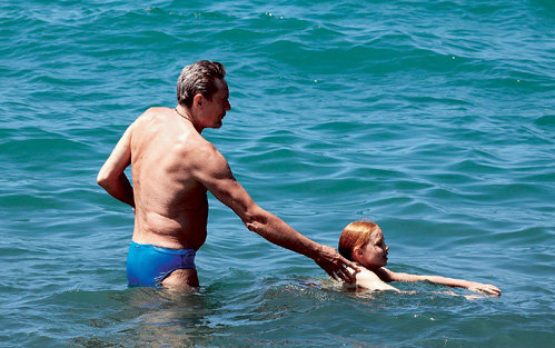 Александр МИХАЙЛОВ обучал дочь Алину держаться на воде