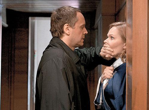 Начальнику безопасности Шаврову (Андрей СОКОЛОВ) не всегда удавалось договориться с супругой (Алена ИВЧЕНКО)