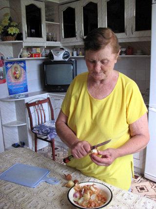 К приезду внука Раиса Тимофеевна всегда готовит свои знаменитые пельмени