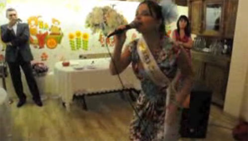 На банкете в ресторане Наташа предстала перед одноклассниками в образе задорной выпускницы.