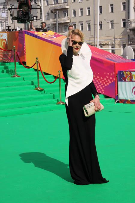 Рената Литвинова парилась на 35-градусной жаре в глухом темном наряде.
