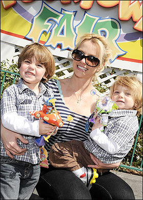 Бритни Спирс с сыновьями. Фото: Sun