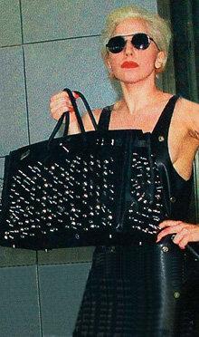 Lady Gaga в аэропорту Хитроу нанесла двойной удар - сумочкой...