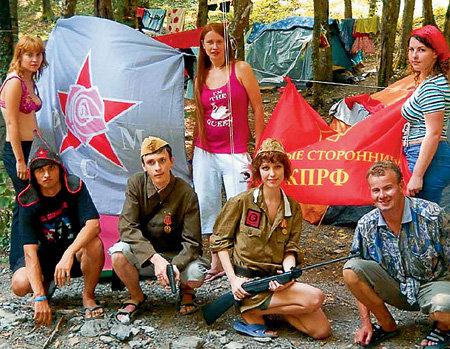 Комиссар Ольга ИВАНОВА (с винтовкой) воспитывает не революционеров, а идеалистов