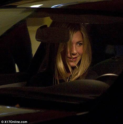 Дженнифер была явно смущена и пыталась скрыть лицо от вспышек камер. Фото: Daily Mail